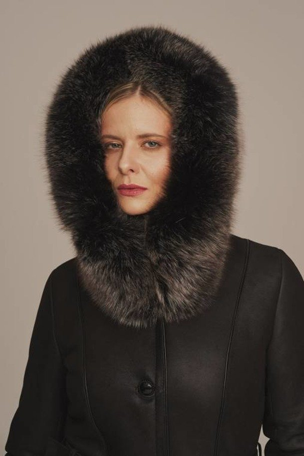 Kożuch jagnięcy z kapturem - Krótki czarny płaszcz damski zimowy