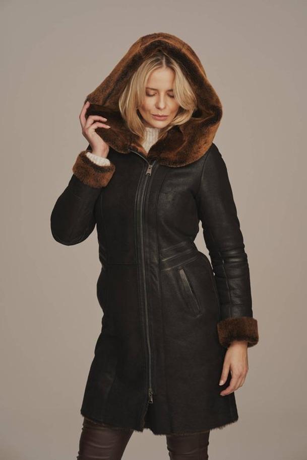 Płaszcz damski zimowy z kapturem czarny - Kożuch damski